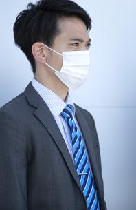マスクをしたビジネスマンの写真素材 [FYI04590184]