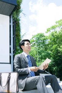 タブレットPCを持つビジネスマンの写真素材 [FYI04590261]