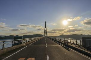 鷹島肥前大橋と夕焼け 佐賀県唐津市の写真素材 [FYI04590286]