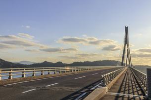 鷹島肥前大橋と夕焼け 佐賀県唐津市の写真素材 [FYI04590287]