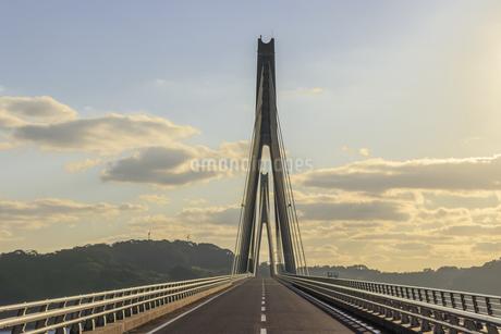 鷹島肥前大橋と夕焼け 佐賀県唐津市の写真素材 [FYI04590288]