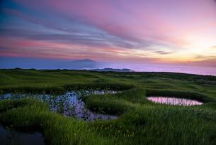 月山弥陀ヶ原湿原夜明の写真素材 [FYI04590336]