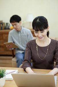 ノートパソコンを操作する女性とタブレットを持つ男性の写真素材 [FYI04590344]