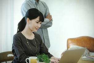 ノートパソコンを見る男女の写真素材 [FYI04590352]