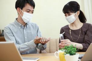マスクを着けたカップルの写真素材 [FYI04590380]