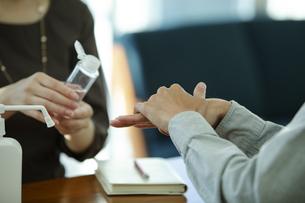 手を消毒する男女の写真素材 [FYI04590389]