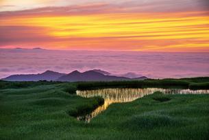 月山弥陀ヶ原より朝焼けに染まる空と雲海の写真素材 [FYI04590412]