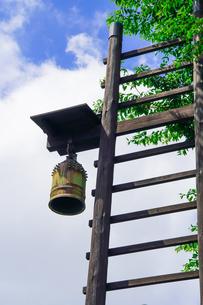 伝統的な安全安心 古民家の火の見櫓と半鐘の写真素材 [FYI04590574]