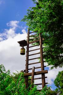 伝統的な安全安心 古民家の火の見櫓と半鐘の写真素材 [FYI04590575]
