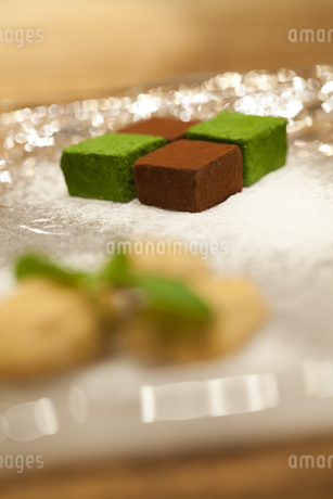 お皿にのった生チョコレートの写真素材 [FYI04590676]