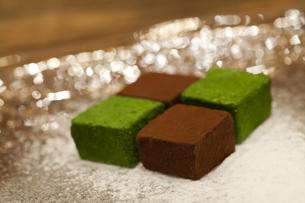 お皿にのった生チョコレートの写真素材 [FYI04590677]
