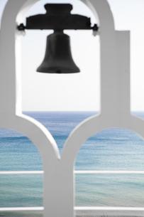 鐘ごしに見える海の写真素材 [FYI04590684]