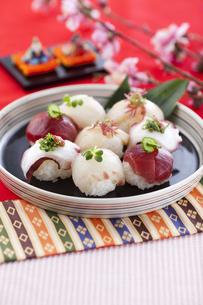 ひな祭りを祝う手まり寿司の写真素材 [FYI04590694]