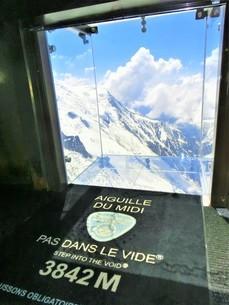 フランス、シャモニー、エギーユ・デュ・ミディ展望台ガラスフロアの写真素材 [FYI04590725]