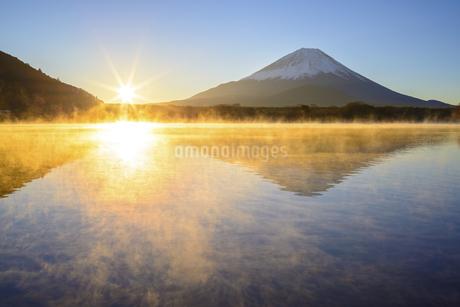 山梨県 気嵐立つ精進湖より日の出と富士山の写真素材 [FYI04590748]