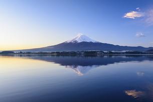 山梨県 河口湖より夜明けの富士山の写真素材 [FYI04590758]