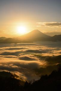山梨県 雲海と富士山からの御来光の写真素材 [FYI04590760]