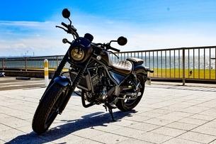 海岸そばに置かれたバイクの写真素材 [FYI04590777]