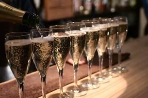 シャンパンが注がれたグラスの写真素材 [FYI04590780]