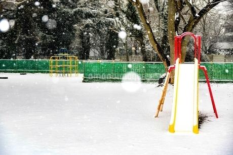 雪が降りしきる公園の写真素材 [FYI04590799]