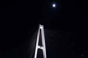 ライトアップされた夜の名港トリトンの名港中央大橋の柱と月の写真素材 [FYI04590853]