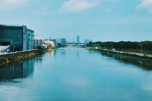 川の向こうに見える都心の写真素材 [FYI04590967]