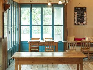 カフェの店内とテーブルの写真素材 [FYI04590995]