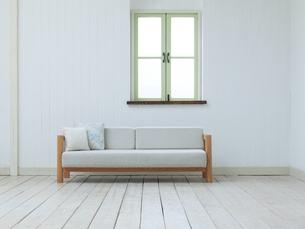 窓のある部屋のソファーの写真素材 [FYI04590997]