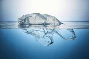 水に浮かぶポリ袋の写真素材 [FYI04591006]
