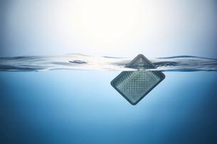 水に浮かぶプラスチックゴミの写真素材 [FYI04591007]