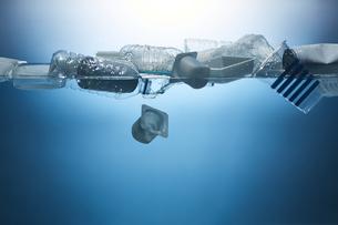 水に浮かんだたくさんのプラスチックゴミの写真素材 [FYI04591010]