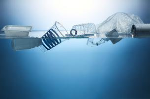 水に浮かんだたくさんのプラスチックゴミの写真素材 [FYI04591011]