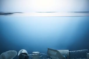 水底に溜まったゴミの写真素材 [FYI04591016]