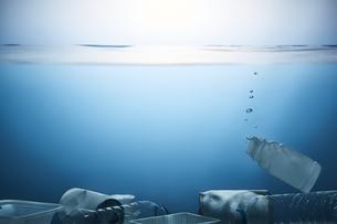 水底に溜まったゴミの写真素材 [FYI04591017]