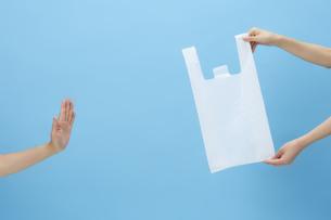 レジ袋を持った手と断る手の写真素材 [FYI04591033]