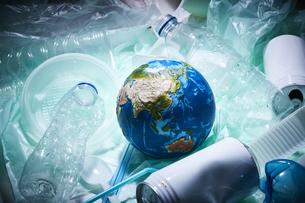 周りにゴミが散らばった地球の写真素材 [FYI04591039]