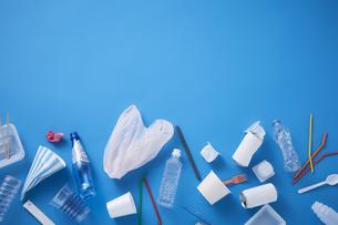 散らばったプラスチックゴミの写真素材 [FYI04591040]