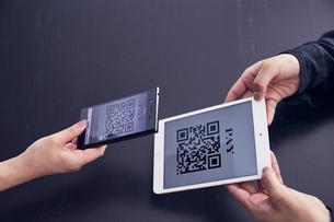 QRコードをスマートフォンで読み込み決済するところの写真素材 [FYI04591076]