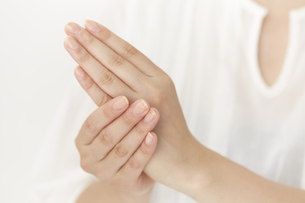 女性の手のアップの写真素材 [FYI04591105]