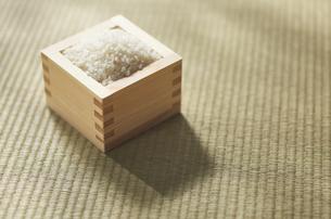 畳の上の升に入った米の写真素材 [FYI04591126]