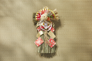 畳の上の正月飾りの写真素材 [FYI04591129]
