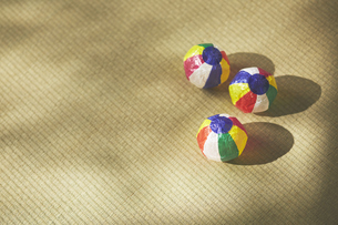 畳の上の紙風船の写真素材 [FYI04591132]