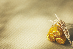 畳の上の金色の俵の写真素材 [FYI04591135]