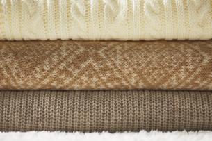三段に重なったセーターの写真素材 [FYI04591144]