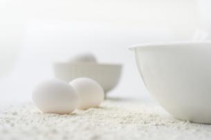 白いボウルと卵と小麦粉の写真素材 [FYI04591171]