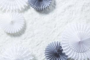 白いファーの上の白とグレーのペーパークラフトの写真素材 [FYI04591181]