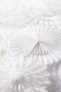 模様の入った白い円形のペーパークラフトの写真素材 [FYI04591184]