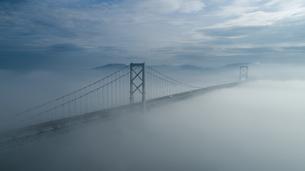 霧の鳴門海峡の写真素材 [FYI04591194]