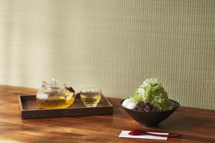 トレーに乗ったガラスの茶器と白玉小豆抹茶のかき氷の写真素材 [FYI04591205]