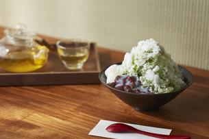 トレーに乗ったガラスの茶器と白玉小豆抹茶のかき氷の写真素材 [FYI04591206]